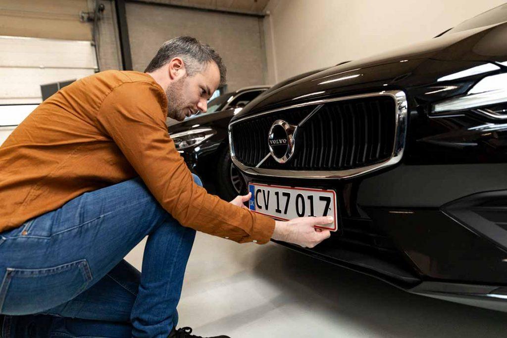Drømmebilen får danske nummerplader monteret.